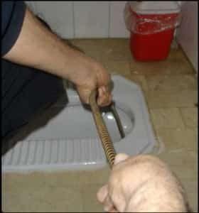 فنر زدن چاه فاضلاب